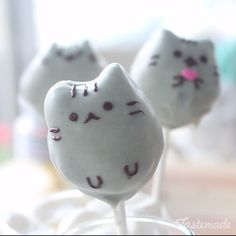chocolate cake pops are almost too cute and purrfect to eat.These chocolate cake pops are almost too cute and purrfect to eat. Cute Desserts, Dessert Recipes, Disney Desserts, Cake Recipes, Pusheen Cakes, Pusheen Birthday, Yummy Treats, Sweet Treats, Kreative Desserts