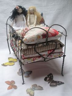 Make a little doll bed like this! Fairy Furniture, Doll Furniture, Furniture Vintage, Art Fil, Princess And The Pea, Doll Beds, Toy Art, Little Doll, Wire Crafts