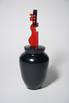 ceramic urn 'Guitar' black red glaze | Bep Broos