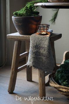 Oude houten kruk kerst x-mas landelijk stoer sober De Wilgenkrans