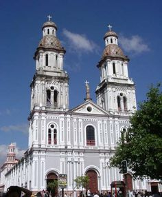 Ecuador photos pictures cities cuenca old city center UNESCO world heritage basilica cathedral colonial style houses tomebamba river cuenca photos Ecuador