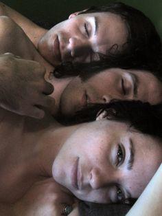 Poliamory sposato e frequentato S01E01 streaming CouchSurfer sesso
