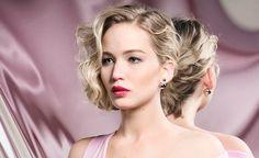Jennifer Lawrence con un Curly Bob peinado a un lado en la última campaña de Dior Beauty. © Dior