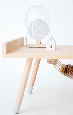 Design: tavolino da salotto dalla linea essenziale e pulita con dettagli pratici come portariviste e orologio.