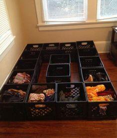 De Todo, Un Poco .: Muebles con cajas de plástico Milk Crates, Bed On Crates, Milk Crate Storage, Wooden Crates, Crate Bed, Bed Storage, Hidden Storage, Storage Ideas, Milk Crate Furniture