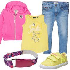 Un look comodo e pratico per la nostra bambina, perfetto per i pomeriggi dedicati al gioco. Jeans skinny, t-shirt di colore giallo con stampa, felpa rosa, scarpe sportive in tela con chiusura a strappo e cintura elasticizzata con fantasia a pois.