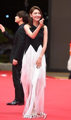 Sooyoung - Busan International Film Festival, Red Carpet by Press Sooyoung Snsd, Kim Hyoyeon, Gold Gown, Kwon Yuri, White Gowns, International Film Festival, Girls Generation, Formal Dresses, Elegant