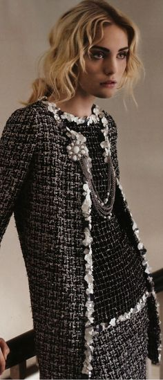 Ideas for fashion classic chanel jacket Chanel Fashion, Love Fashion, Trendy Fashion, Fashion Models, Fashion Outfits, Womens Fashion, Fashion Design, Classy Fashion, Fashion Clothes