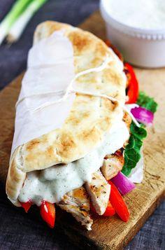 Gyros de pollo caseros | 19 Cenas de pollo que puedes hacer en 20 minutos