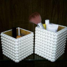 Potinhos decorativos coberto de pérolas. Delicados e glamourosos! #potesdecorados #potesdeperolas #potinho #perolas #pérola #decor #decoracao #portamaquiagem #portapinceis