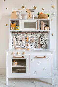 Upgrade your IKEA play kitchen DIY-Style – Rugged Traveller Play Kitchen Diy, Ikea Kids Kitchen, Diy Kitchen Projects, Kitchen Hacks, Play Kitchens, Mini Kitchen, Kitchen Art, Diy Projects, Ikea Childrens Kitchen