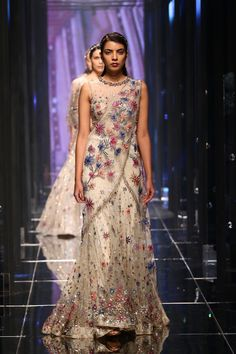 Tarun Tahiliani Fashion Week Summer Resort 2018 India Fashion Week, Lakme Fashion Week, Asian Fashion, Indian Designer Outfits, Indian Outfits, Designer Dresses, Pakistani Frocks, Pakistani Dresses, Tarun Tahiliani