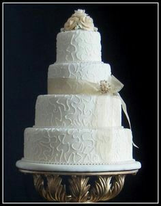 Beautiful and Simple White Wedding Cake