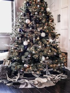 Chic and luxurious black and white Christmas tree Learn how to put together your own rustic modern Christmas Tree decorations using basic glass ornaments mixed with a few natural elements! Black Christmas Tree Decorations, Luxury Christmas Tree, Black Christmas Trees, Rustic Christmas, Beautiful Christmas, Christmas Home, Christmas Ideas, Christmas Mantles, Modern Christmas Decor