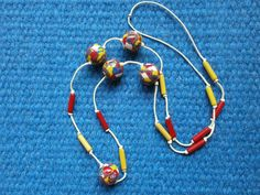 Dobrá nálada Náhrdelník - kuličky z fimo hmoty ve veselých barvách (žlutá,bílá, červená, modrá) s dřevěnými korálky bez zapínání.  Průměr kuliček 1,5 cm. Délka náhrdelníku je 36 cm.  Optimistické a veselé korálky pro dobrou náladu v podzimních mlhavých dnech. Dobrá nálada pro majitelku a nejen pro ni zaručena!