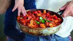 Pasta med salsiccia, portobello og chili à la Funkygine - Oppskrift - Godt. Portobello, Kung Pao Chicken, Ratatouille, Paella, Chili, Ethnic Recipes, Food, Chili Powder, Chilis
