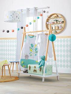Der schöne Garderobenständer für Kinderzimmer ergänzt die Einrichtung sehr praktisch. Die Stange bietet Platz für diverse Kleiderbügel. Unten verfügt der stabile Kleiderständer für Kinder über eine Stellfläche für Schuhe, Spielzeugkiste und vieles mehr. Produktdetails:Kleiderständer: MDF. Kleiderstange, Ablagefach unten. 115 x 100 x 40 cm (H x B x T). Selbstmontage. Hinweis: Lieferung ohne Kleidung und Deko.;