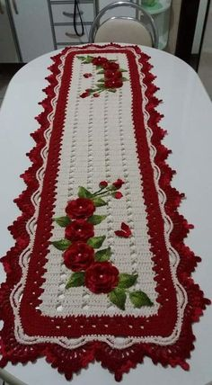 48 Trendy Crochet Table Runner Christmas Doily Patterns Does anyone have a pattern for this runner? Crochet Santa, Christmas Crochet Patterns, Crochet Doily Patterns, Holiday Crochet, Crochet Doilies, Free Crochet, Crochet Table Topper, Table Topper Patterns, Crochet Table Runner Pattern