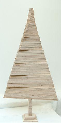 """The wood artist Johannes Molin is making the infinite indoor tree! Pallet Christmas Tree, Christmas Wood Crafts, Modern Christmas, Christmas Tree Decorations, Xmas Trees, Tree Plan, Wooden Tree, Picture On Wood, Indoor Trees"