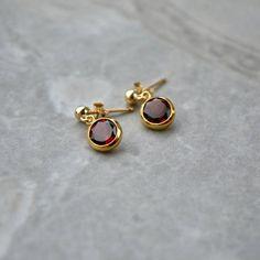 Gold Jhumka Earrings, Gold Earrings Designs, Gold Jewellery Design, Ear Jewelry, Girls Jewelry, Jewelry Accessories, Small Earrings, Stud Earrings, Gold Jewelry Simple