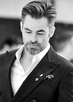 pinesource: Chris Pine arrives for the UK. Male Haircuts Curly, Mens Hairstyles With Beard, Cool Hairstyles For Men, Cool Haircuts, Haircuts For Men, Men's Hairstyles, Curly Hair Men, Curly Hair Styles, Silver Grey Hair