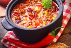 Kids enjoy customizing their own mugs of this chili with garnishes of sour cream, shredded cheddar cheese and sliced scallion greens. Leftovers will be welcome in a thermos at lunch time! Ways To Eat Healthy, Healthy Eating, Healthy Recipes, Polish Recipes, Polish Food, Family Meals, Lasagna, Chili, Beans