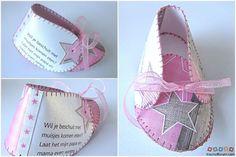 Babyschoentje van geboortekaartje. Kijk op http://www.knutselforum.com/babyschoen-van-geboortekaartje-t158.html voor het patroon.