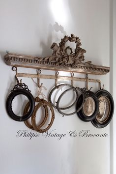 display with old frames Empty Frames, Old Frames, Vintage Frames, Vintage Decor, Vintage Hooks, Vintage Vignettes, French Decor, French Country Decorating, Antique Booth Ideas