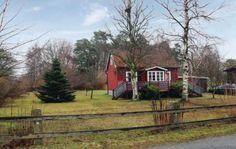 Sölvesborg  Gezellig gerenoveerd vakantiehuis slechts 5 km ten noorden van Sölvesborg. Het zandstrand in Norje Boke ligt op ongeveer 4 km ten zuiden van het huis. In het woongedeelte staat een kachel net als in de keuken. In de kelder staat een wasmachine. Mooie tuin met grasveld ideaal om te spelen. In de nabije omgeving bevinden zich mooie wandelpaden. Binnen een straal van 15 km van het huis liggen 3 golfbanen. De steden Sölvesborg en Karlshamn liggen in de buurt. Een rustig gelegen…