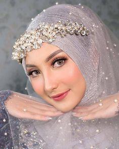 Muslim Wedding Gown, Hijabi Wedding, Wedding Hijab Styles, Muslimah Wedding Dress, Hijab Wedding Dresses, Hijab Bride, Wedding Poses, Asian Wedding Makeup, Bridal Makeup Looks