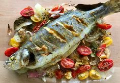 Ψάρι ολόκληρο ψητό με ντομάτα και κρεμμύδι, αρωματικά και σάλτσα ταχίνι Baked Whole Fish, Tahini Sauce, Cheesesteak, Ethnic Recipes, Food, Tahini Dressing, Eten, Meals, Diet