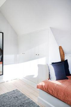 skråvægge og udnyttelse af skunken Built In Furniture, Home Furniture, Guest Room Office, Farmhouse Interior, Shabby, House Rooms, Home Decor Bedroom, Ideal Home, Decoration