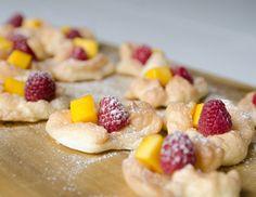 Mango-Himbeer-Meringue Halloween Desserts, Halloween Backen, Finger Foods, Oatmeal, Breakfast, Raspberries, Food And Drinks, Food Food, Snow