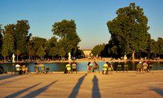 Relaxing in the green armchairs around a basin @ Tuileries Garden @ sunset Paris Garden, Green Armchair, Armchairs, Basin, Parisian, Natural Beauty, Dolores Park, Relax, Gardens