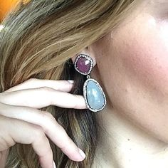 What are your favorite gemstones? We're currently loving different colored sapphires! You can shop the link in our profile for over 80 styles of earrings that will dazzle any outfit 😉