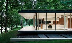 Ein gläsernes Waldhaus von Daoust Lestage In einer malerischen Lage in einem kanadischen Wald, mit Blick auf einen See, steht ein Haus, das so gar nicht aussieht wie eine typische Hütte. St...