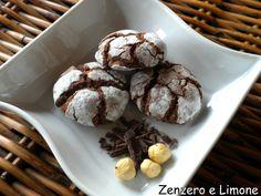 i biscotti al cioccolato e nocciole sono dei dolcetti che si presentano benissimo sovrapposti su un bel vassoio e sono buonissimi e facilissimi da fare