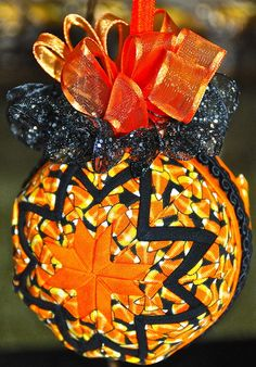 Love this Fall or Halloween No Sew Ornament Ball from Ju-Jus Quilting.