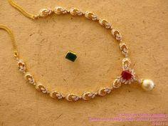 Bello collar de oro, con diamantes, y colgante de perla, y la opción de un rubí o una esmeralda en su broche central