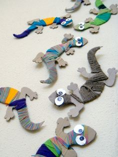 Chameleons and snakes of wool in diy accessories with Wool DIY Craft Cardboard Chameleon Craft, Lizard Craft, Kids Crafts, Yarn Crafts, Projects For Kids, Preschool Crafts, Diy For Kids, Paper Crafts, Preschool Education