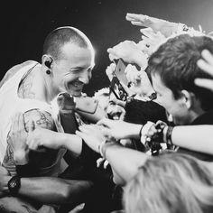 Chester Bennington Linkin Park uploaded by saraleekim Chester Bennington, Charles Bennington, Mike Shinoda, Music Love, Art Music, Music Is Life, Rock Music, Chris Cornell, Bleed It Out