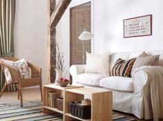 EKTORP 2-pers. sofa med hvidt BLEKINGE betræk, AGEN stol af rotting og RAST sengeborde brugt som sofabord