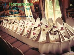 Een huwelijksdiner in de Blauwe Salon van Kasteel Keukenhof. Wit afgerukte stoelen aan een ovale tafel voorzien van fris wit linnen. Punt servetten en licht roze details als naamkaartjes en bloeddecoratie. Homemade Catering op Maat denkt graag met u mee.