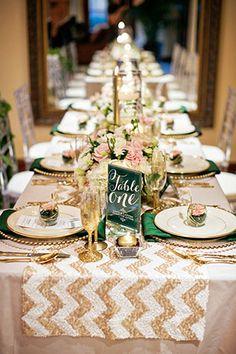 Золотое блестящая скатерть в свадебном декоре с узором шеврон  - The-wedding.ru