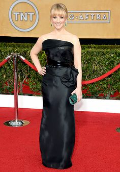 wore strapless black gown by Rubin Singer cinched at her waist with an embossed leather belt. She paired her dress with a green box clutch and emerald drop earrings.