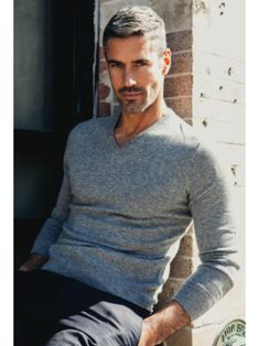15 Glorious Hairstyles for Men With Grey Hair (a. Grey hair men have a lot of opportunities to try out. Latest Haircuts, Haircuts For Men, Haircut Men, Short Haircuts, Grey Haircuts, Grey Hair Men, Gray Hair, Mode Man, Hommes Sexy