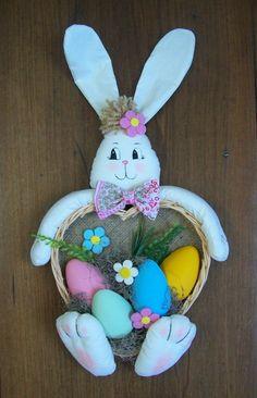 Páscoa é a revelação do amor e da entrega. Nossa amiguinha traz na singeleza da cesta de vime em forma de coração, flores e ovos, símbolos q representam o que é a páscoa e a simplicidade do Cristo.  Orelhas aramadas