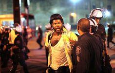 Detención de un fotógrafo de Getty ayer en la protesta de Chicago. / S. P. (AFP)
