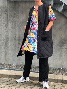 Nicmasi er en lang og letvatteret vest fra Moves. Vesten er designet med en rund krave, to lommer, trykknapper og er detaljeret med et nyt take på quilt.   Veste er en af sæsonens helt store musthaves, da de kan pifte ethvert outfit op! De kan styles på mange forskellige måder og giver et super cool lag på lag look! Lag, Kimono Top, Outfits, Collection, Tops, Women, Fashion, Moda, Suits