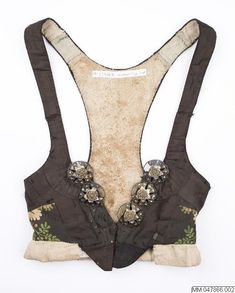 Liv i vadmal, överklätt med siden och dekorerat med sidenband och förgyllda silvermaljor; Vemmenhög, 1800-tal. Malmö Museer, nr MM 047866:002